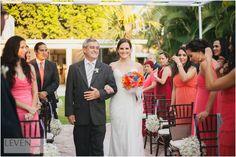camino al altar, vestido de novia, ramo