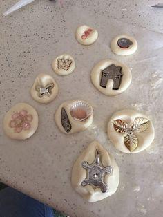 Da alcuni mesi ho scoperto la polvere di ceramica e da allora ho provato qualsiasi stampo in silicone che avevo in casa....dai cuori ai cucchiaini, dalle f