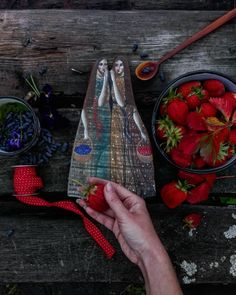 """жители нашей деревни условно делятся на две категории: одни говорят """"кулубника"""", другие -- """"клупнига"""". я своя и там, и там.  ---------------  ягодные деушки Ярослава Пикулева @yar.peekulev"""