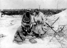 La batalla en Damenneg. En el sector de Chemin des Dames, Francia, frente occidental. Soldados alemanes comparten un desayuno en proximidades del pueblo de Derry au Bac