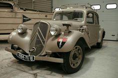 Psa Peugeot Citroen, Citroen Car, Retro Cars, Vintage Cars, Antique Cars, Gas Powered Scooters, Art Deco Car, Automobile, Citroen Traction