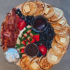 How to Make a Pancake Charcuterie Board Breakfast Picnic, Breakfast Platter, Breakfast Recipes, Charcuterie Recipes, Charcuterie Board, Party Food Platters, Good Food, Yummy Food, Partys
