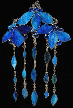 blueflowers wind chime Crystal Wind Chimes, Glass Wind Chimes, Diy Wind Chimes, Mosaic Glass, Fused Glass, Mobiles, Blowin' In The Wind, Stained Glass Crafts, Glass Dishes