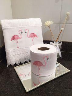 Decore seu lavabo,banheiro de uma forma ainda mais charmosas, com toques de carinho por todo canto. *** FLAMINGO*** Contem; * 1 Toalhinha de Rosto, com acabamento em guipir branco; * 1 porta-papel higiênico no tecido piquet branco,sendo ele duplo para nao aparecer o bordado e com fech... Towel Embroidery, Embroidery Stitches, Machine Embroidery, Embroidery Designs, Diy Craft Projects, Diy And Crafts, Sewing Projects, Bathroom Crafts, Towel Crafts