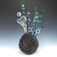 Carved Modern Sculptural Ceramic Pottery Bud Vase par jtceramics