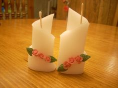 El primer paso es conocer los materiales Con qué hacemos velas hoy Materiales fundamentales Parafina: es un hidrocarburo derivado del petróleo, es el componente principal de una vela y el combustible que al fundirse la mantiene encendida. Es aconsejable utilizar parafina adquirida en comercios especializados, viene en bloques de color blanco con cierta transparencia, a … Diy Candles, Candle Wax, Pillar Candles, Carved Candles, Chandeliers, Candle In The Wind, Candle Making, Hand Carved, Candle Holders