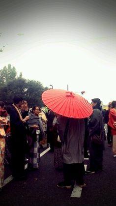 붉은 우산을 든 사람.