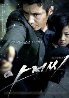 Ajeossi/The man from nowhere: La única conexión del ex-agente especial Cha Tae-sik con el mundo es una niña, So-mi. La madre de So-mi, Hyo-jeong, se dedica al contrabando de drogas a sueldo de una Organización de traficantes y confía el producto a Tae-sik, sin hacérselo saber. Cuando los traficantes se dan cuenta secuestran a ambas. Confundiendo a Tae-sik con otra mula, los hermanos que están a cargo de la Organización prometen liberar a madre e hija si Tae-sik hace una entrega para ellos...