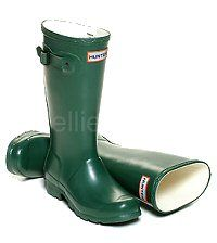 Children's Hunter Boots in Green - Boys & Girls sizes UK EU Reflective safety patch on heel and rear top. Hunter Wellington Boots, Girls Sizes, Wellies Boots, Hunter Original, Hunter Boots, Rubber Rain Boots, Boy Or Girl, Safety