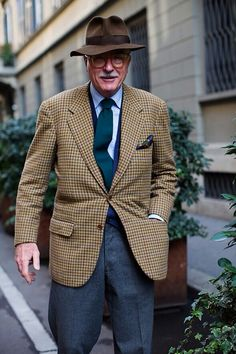 Luciano Barbera, Milan - The Sartorialist The Sartorialist, Gentleman Mode, Gentleman Style, Preppy Mode, Preppy Style, Tweed, Mode Bcbg, Older Mens Fashion, Style Anglais