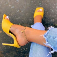 21 Heeled Mules for Beautiful Women Cute Shoes Heels, Pretty Shoes, Me Too Shoes, Mules Shoes, High Heels Mules, Heels Outfits, Mode Outfits, Yellow Heels, Yellow Shoes Outfit