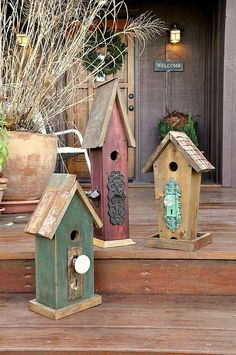 Rustic-Recycled Birdhouses and Feeders ? Melody Photograhpy - Bianka Schmitz Arredondo Gribble Tambien estas, con lo de puertas :) - Gardens And Thyme Bird Houses Diy, Fairy Houses, Decorative Bird Houses, Bird House Feeder, Bird Feeders, Bird Boxes, Garden Crafts, Yard Art, Beautiful Gardens