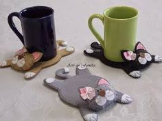 Coasters are wonderful to have at home and at the office not only to catch the condensation dripping out of cold glasses, but also as part of the decor. You can make quick, easy and cheap coasters .More mug rug kitties Upcycled Crafts, Sewing Crafts, Diy And Crafts, Sewing Projects, Arts And Crafts, Felt Coasters, Fabric Animals, Felt Cat, Yarn Shop