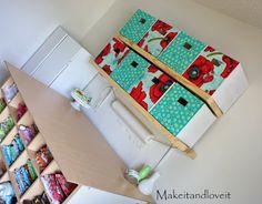Faça caixa organizadora de papelão e tecido com o estilo que você quiser, para organizar e decorar os seus espaços (Foto: makeit-loveit.com)