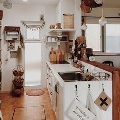 女性で、、家族住まいの板壁風の扉に合わせて。/ウッドワン/キッチンについてのインテリア実例を紹介。「こんにちは⑅◡̈*.流し台の横を板壁にしました。 遠慮なくネジ留め出来ます( Ü )!」(この写真は 2015-08-30 14:36:26 に共有されました)