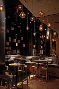 Prachtige sfeervolle verlichting boven de dinertafels van het restaurant #horeca #design #verlichting