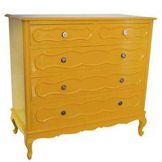 Maravilhosa!!! Cômoda provençal laqueada de amarelo.Pode ser usada no quarto e até na sala. os puxadores de porcelana em tons branco e preto dão um charme a mais.As gavetas também são laqueadas internamente.