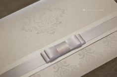 Convite de casamento com brasão exclusivo em relevo seco.