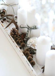 idées déco Noël à faire soi-même - arrangement de bougies cylindriques, mini-cônes de pin, gland métallique décoratif