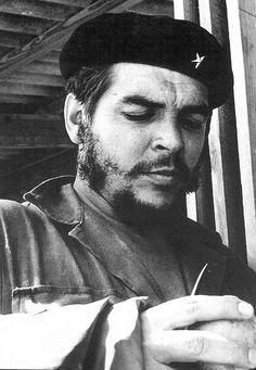 Reparto Martí. 1961. Un instante para mitigar el cansancio y la sed durante otra jornada de trabajo voluntario en la construcción. Foto LIBORIO NOVAL