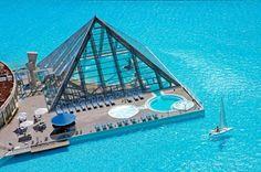 A maior piscina do mundo! A lindeza fica em San Alfonso del Mar, um complexo turístico em Algarrobo, no Chile. Com 250 milhões de litros de água e mais de mil metros de comprimento, a piscina levou cinco anos para ficar pronta. É de babar, né?