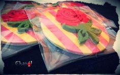 Este año incorporamos este modelo para Sant Jordi, chapa con rosa de fieltro. Recuerda que también podemos hacerlo en imán, espejo y abrebotellas. #chapó #chapaspersonalizadas #imanes #espejos #abrebotellas #santjordi