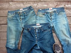 suitsandboots:    Shrink-to-fit evolution. The new selvage pair is drying as I type.        Caralho, acho que realmente não tem um jeans melhor que o velho 501 shrink to Fit da levis. Todos os jeans brutos que tenho ainda estão na primeira fase, parecidos com o par do meio. Tomara que um dia eu consiga chegar no claro da direita.