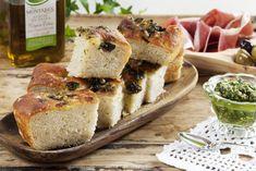 Focaccia er brødet som passer til alt. Denne oppskriften passer til en stor langpanne, og inneholder spennende ingredienser som honning, pesto og oliven.