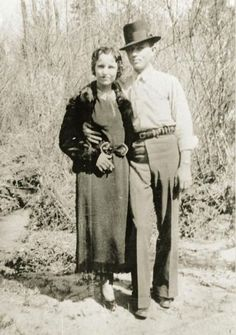 Possibly the most famous and most romanticized criminals in American history, Bonnie Parker and Clyde Barrow were two young Texans whose ear. Bonnie Parker, Bonnie Clyde, Bonnie And Clyde Photos, Clyde 2, Bonny Und Clyde, Old Photos, Vintage Photos, Jessy James, Famous Outlaws