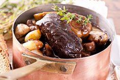 Le boeuf bourguignon, vous le connaissez tous. Du boeuf longuement mijoté dans du vin rouge, des carottes, des pommes de terre et un bouquet garni : une recette simple et très goûteuse.