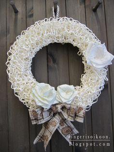 Singeri soikoon: Ruusuinen kiitos opelle! Crochet Christmas, Burlap Wreath, Diy And Crafts, Wreaths, Knitting, Paper, Decor, Decoration, Crochet Christmas Cozy
