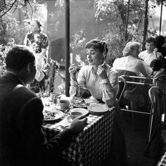 Instagram Audrey Hepburn Roman Holiday, Audrey Hepburn Style, Aubrey Hepburn, Audrey Hepburn Wallpaper, Divas, Look Magazine, Iconic Photos, Vintage Pictures, Old Pictures