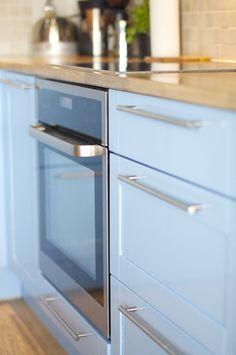 interiør blått Kitchen Cabinets, Kitchen Appliances, Wall Oven, Colour, Blue, Home Decor, Diy Kitchen Appliances, Color, Decoration Home