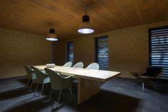 Interiér je elementárny s priznanými materiálmi v ich surovej podobe