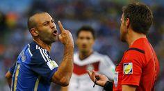 UNA SOLA. Javier Mascherano protesta al arbitro Nicola Rizzoli durante el partido contra Alemania. (REUTERSKai Pfaffenbach)