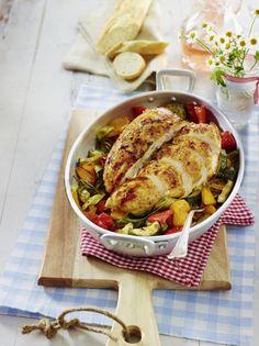Unser beliebtes Rezept für Hähnchenbrust vom Blech auf buntem Ofengemüse und mehr als 55.000 weitere kostenlose Rezepte auf LECKER.de.