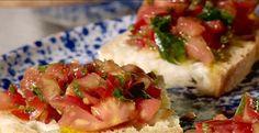Le moment de l'apéro est très important en Toscane. À Florence, on aime se retrouver en cuisine ou sur la terrasse pour déguster non seulement la bruschetta, mais aussi pour grignoter des légumes de saison accompagnés d'une bonne huile d'olive que l'on aura pris soin de saler et poivrer. Il y a aussi les crostinis avec anchois et beurre, avec mozzarella fraîche et tomates séchées, ou encore un classique : avec figues et prosciutto. La vita è bella!