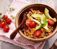 Quinoasalademet avocado en paprika   Recept - Lassie rijst Avocado, Lunches, Hummus, Acai Bowl, Breakfast, Ethnic Recipes, Food, Salads, Cilantro