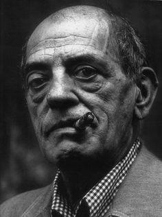 """""""Cuando contemplo una de mis viejas películas, sufro. Porque aquello que he podido hacer es muy inferior a aquello que yo hubiera querido hacer"""".    Luis Buñuel (1900-1983), director"""