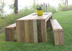 buitentafel mooi gemaakt, zo simpel. ik zou de bankjes iets smaller maken dan de tafel, zodat ze eronder passen