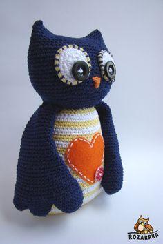 návod na háčkovanú sovičku (cca 21,5cm) Owl Crochet Patterns, Crochet Birds, Owl Patterns, Owl Home Decor, Owl Cushion, Owl Embroidery, Knitted Owl, Owl Kids, Owl Keychain
