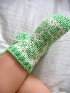 Cute little fair isle socks to fit a month old cherub. Knit with worsted weight yarn on size US needles, these flakey socks are fun and quick to knit. Ravelry Free Patterns, Knitting Patterns, Knitting Ideas, Knitting Socks, Baby Knitting, Baby Socks, Fingerless Gloves, Arm Warmers, Knit Crochet
