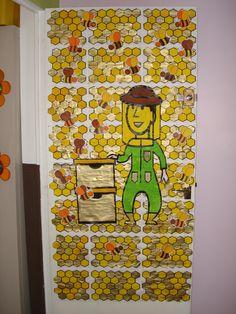 Travail collaboratif Abeilles MS: abeille feutre- alvéole et apiculteur encre coloré, peinture dorée