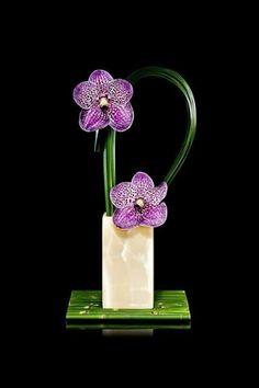The Kimono Gallery — japaneseaesthetics: Ikebana flower decor, Japan. Ikebana Flower Arrangement, Ikebana Arrangements, Beautiful Flower Arrangements, Floral Arrangements, Beautiful Flowers, Arte Floral, Deco Floral, Floral Design, Flower Show