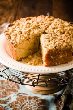 Looking for the best crumb cake recipe? Try this easy crumb cake recipe. This crumb cake is super moist and tastes of brown sugar, cinnamon, and giant bear hugs. The added crumble topping is the best! Tart Recipes, Easy Cake Recipes, Baking Recipes, Dessert Recipes, Yummy Recipes, Dinner Recipes, Easy Crumb Cake Recipe, Fudge, Brownies