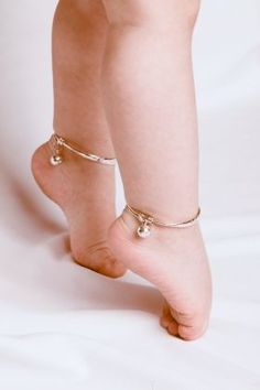 Is Una Healy's baby wearing BELLS around her ankles? Aoife Belle leads fellow celebrity babies in new jewellery trend Saffron Bells, silver anklets with tiny bells on how cute for a baby (and totally frivolous of course) Baby Jewelry, Kids Jewelry, Wedding Jewelry, Gold Jewelry, Stone Jewelry, Bracelet Bebe, Baby Schmuck, Anklet Designs, Silver Anklets Designs