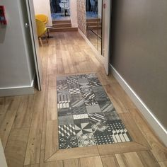 Combine parquet and tiles - How to create a seamless transition! - Tiled wooden floor combines ideas of corridor design - Hallway Flooring, Wood Tile Floors, Wooden Flooring, Vinyl Flooring, Kitchen Flooring, Cement Tiles, Kitchen Tiles, Flur Design, Tile Design