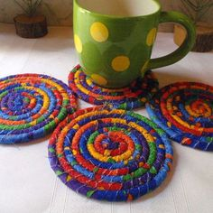 Coiled Coasters, Trivets and More Go As Big As You Want! Strips of fabric wrapped around cotton clothesline make wonderful coasters, trivets, place mats and more. Small Sewing Projects, Diy Craft Projects, Sewing Crafts, Scrap Fabric Projects, Quilting Projects, Fabric Scrap Crafts, Christmas Sewing Projects, Fabric Gifts, Project Ideas