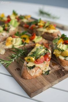 Tomato cheese bruschetta The Effective Pictures We Offer You About avocado egg A quality picture can tell you many things. You can find the most beautiful pictures that can be presented to you about avocado … Meat Appetizers, Appetizers For Party, Appetizer Recipes, Healthy Eating Tips, Clean Eating Snacks, Healthy Snacks, Avocado Dessert, Latin Food, Avocado Toast