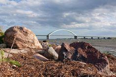 Fehmarnsundbrücke hinter Steinen